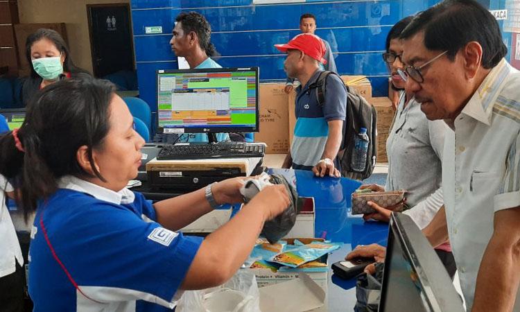 Warga kota Ambon membeli masker di apotik. Foto: Antara