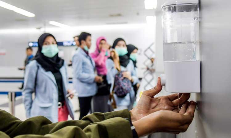 Penumpang menggunakan antiseptik atau hand sanitizer di Stasiun MRT Bundaran HI, Jakarta, Selasa (3/3/2020). PT MRT menyediakan antiseptik di setiap stasiun guna menghambat penyebaran virus Covid-19 (Corona Virus Desease). ANTARA FOTO - Galih Pradipta