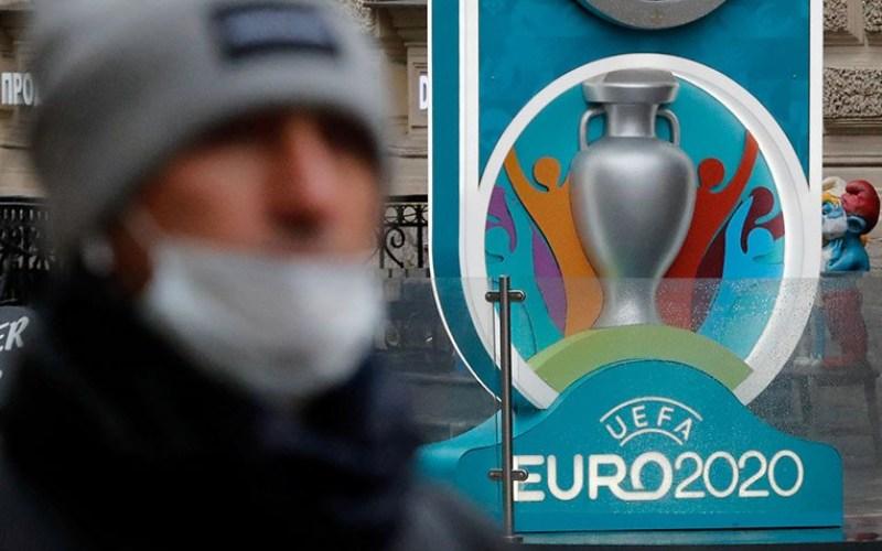 Arsip Foto - Seorang warga menggunakan masker saat melintas di dekat Euro 2020 di kota Saint Petersburg, Rusia (16/3/2020) - Antara.