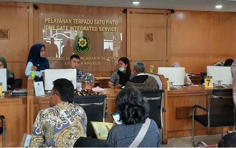Aktivitas di ruangan Pelayanan Terpadu Satu Pintu (PTSP) Pengadilan Negeri Jakarta Selatan, Jumat (13/3/2020) - Antara