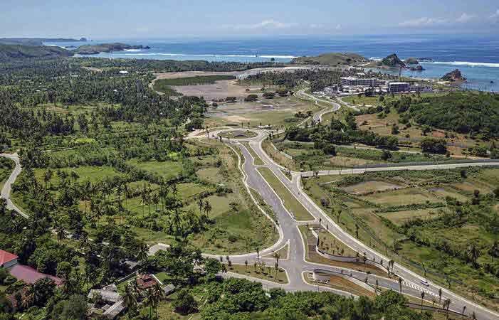 Foto areal ruas jalan gerbang barat Kawasan Ekonomi Khusus (KEK) Mandalika di Desa Kuta, Kecamatan Pujut, Praya, Lombok Tengah, NTB, Minggu (24/2/2019). - ANTARA/Ahmad Subaidi