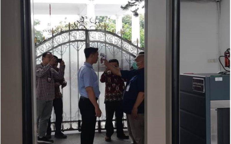 Seorang karyawan menjalani pemeriksaan suhu tubuh saat menuju ke dalam wilayah Istana Merdeka, Jakarta, Selasa (3/2/2020). - Bisnis/Muhammad Khadafi
