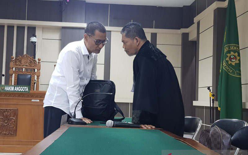 Bupati nonaktif Kudus M Tamzil (kiri) berkonsultasi dengan penasihat hukumnya, usai sidang di Pengadilan Tipikor Semarang, Rabu (18/3/2020). - Antara/I.C.Senjaya)\n