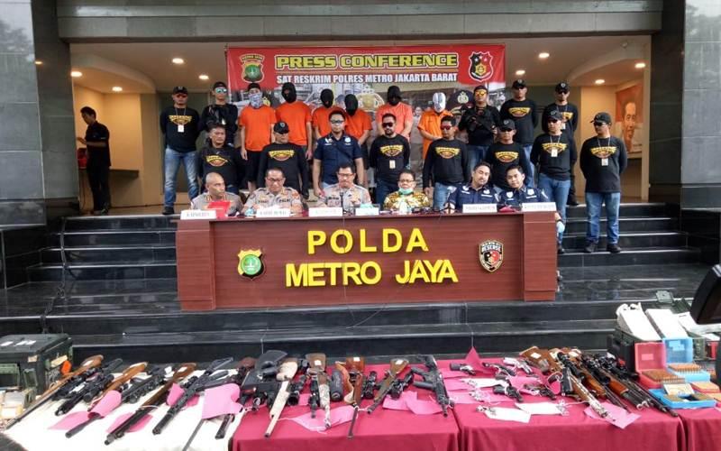Polres Metro Jakarta Barat telah menangkap enam orang tersangka terkait kepemilikan senjata api ilegal. Mereka diamankan di sejumlah lokasi berbeda. - Bisnis/Sholahuddin Al Ayyubi