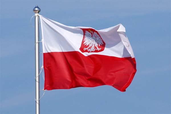 Bendera Polandia berkibar. - wikipedia