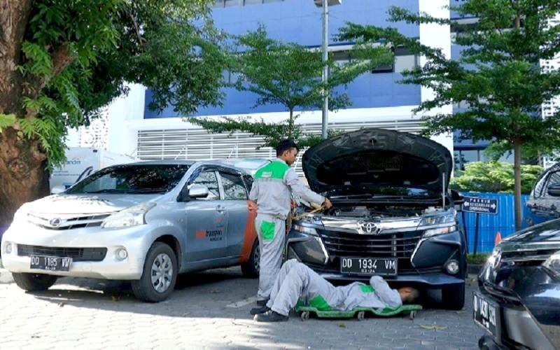 Petugas Mobile Care Kalla Transport melakukan perawatan kendaraan - Istimewa