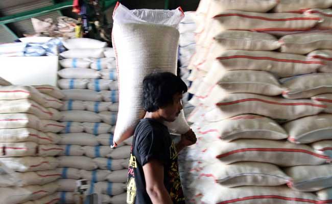 Ilustrasi-Buruh menata karung beras di Pasar Induk Beras Cipinang, Jakarta, Rabu (12/02/2020). - Bisnis/Eusebio Chrysnamurti