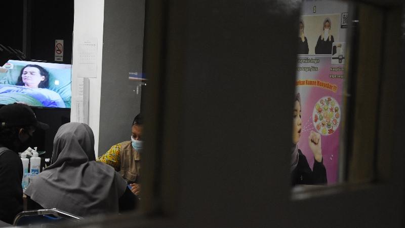 Warga memeriksakan kesehatannya di Pos Pemantauan Virus Corona RSPI Sulianti Saroso, Jakarta Utara, Selasa (3/3/2020). - ANTARA FOTO/Indrianto Eko Suwarso