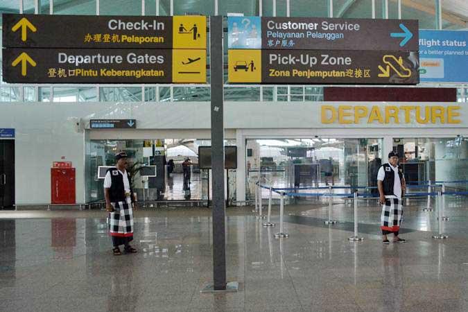 Pecalang atau petugas pengamanan adat Bali memantau situasi saat Hari Raya Nyepi Tahun Saka 1941 di kawasan Terminal Internasional Bandara Internasional I Gusti Ngurah Rai, Bali, Kamis (7/3/2019). - ANTARA/Fikri Yusuf