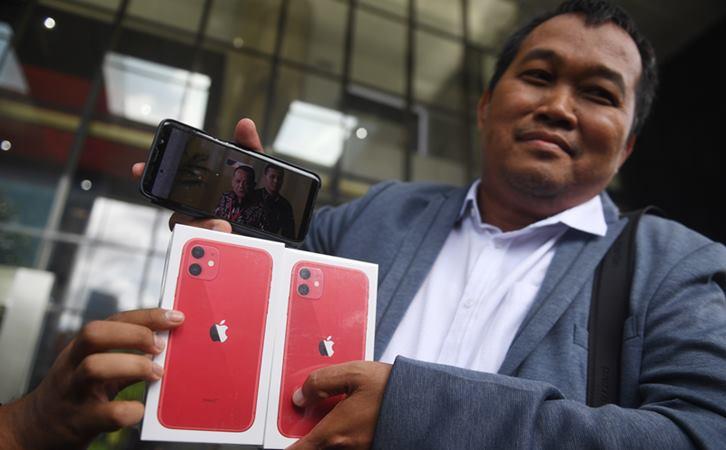 Koordinator Masyarakat Anti Korupsi Indonesia (MAKI) Boyamin Saiman menunjukkan dua buah Iphone 11 untuk pemberi informasi keberadaan DPO KPK Harun Masiku dan Nurhadi di Gedung KPK, Jumat (21/2/2020). - ANTARA / Akbar Nugroho Gumay