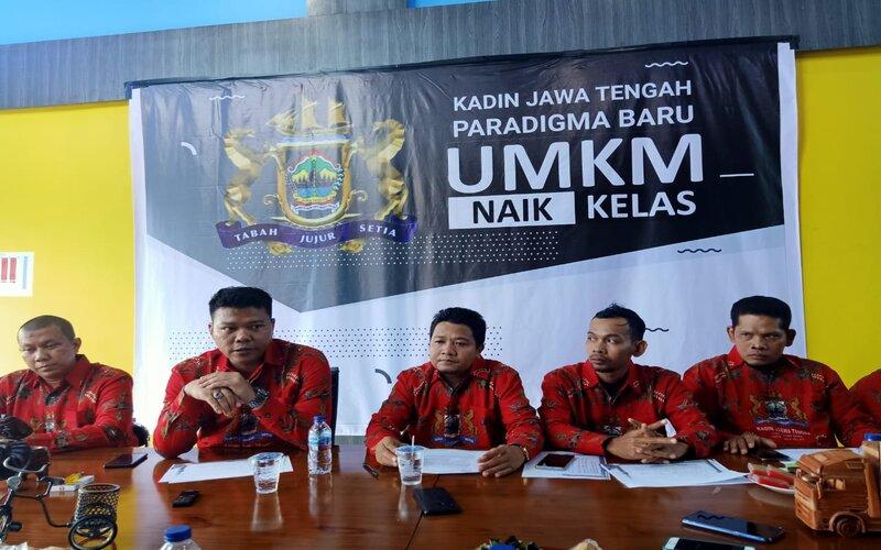 Ketua Panitia Pameran UMKM Kadin Jateng Paradigma Baru (tengah), Fatah Rosihan Affandi dan jajaran terkait saat pengumuman penundaan pameran UMKM di Candi Borobudur, Magelang, Rabu (18/3 - 2020).