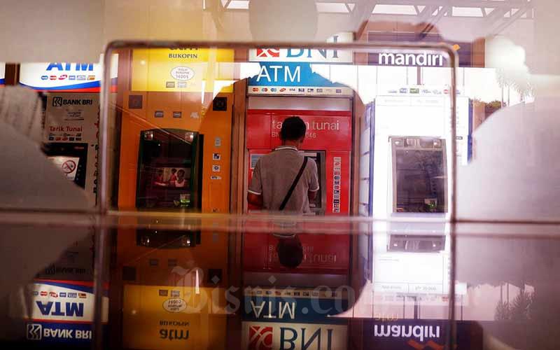 Nasabah bertransaksi di Galeri Anjungan Tunai Mandiri (ATM) di Jakarta, Minggu (29/7/2019). Bisnis - Nurul Hidayat
