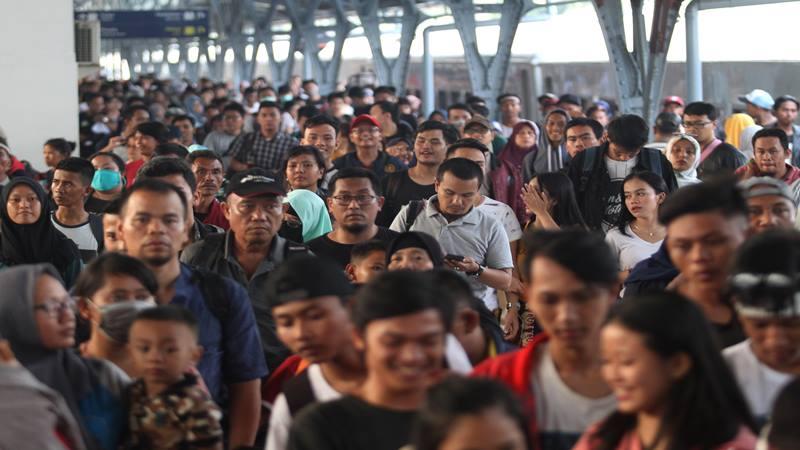 Penumpang kereta api Tawang Jaya Lebaran tiba di Stasiun Pasar Senen, Jakarta, Sabtu (8/6/2019). Pada H3 lebaran 2019, arus balik pemudik yang tiba di Stasiun Pasar Senen mulai mengalami peningkatan. - Antara