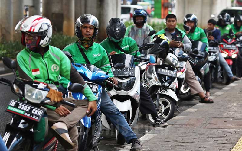 Pengemudi ojek online menunggu penumpang di kawasan Mayestik, Jakarta, Rabu (18/3 - 2020). Bisnis / Eusebio Chrysnamurti