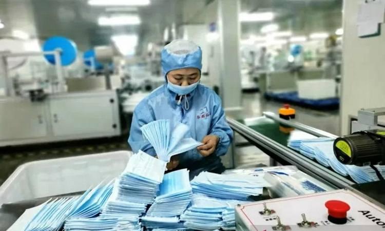 Karyawan pabrik masker di Changyuan, Provinsi Henan, memeriksa hasil pekerjaannya di tengah tingginya permintaan masker di China selama berjangkitnya wabah COVID-19. - Antara
