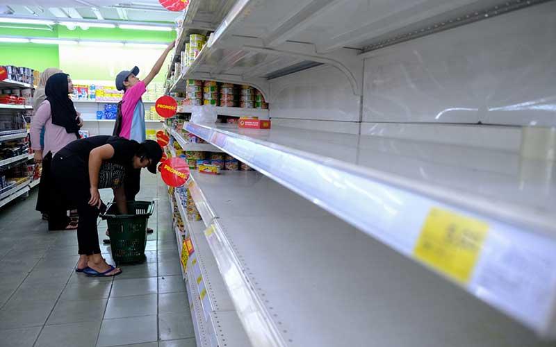 Warga membeli kebutuhan pokok berada di sebuah supermarket di Shah Alam, Selangor, Malaysia, Selasa (17/3/2020). Setelah Perdana Menteri Muhyiddin Yassin mengumumkan Malaysia melakukan lockdown nasional, sejumlah supermarket diserbu masyarakat. Bloomberg - Samsul Said