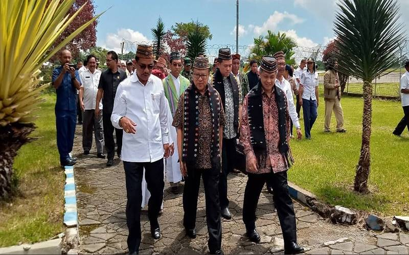Uskup Agung Jakarta Kardinal Suharyo dan rombongan tiba di Ruteng hari ini, langsung disambut dengan upacara adat Manggarai Tuak Curu & Manuk Kapu, Kamis (19/3/2020). - Twitter @KomsosKWI