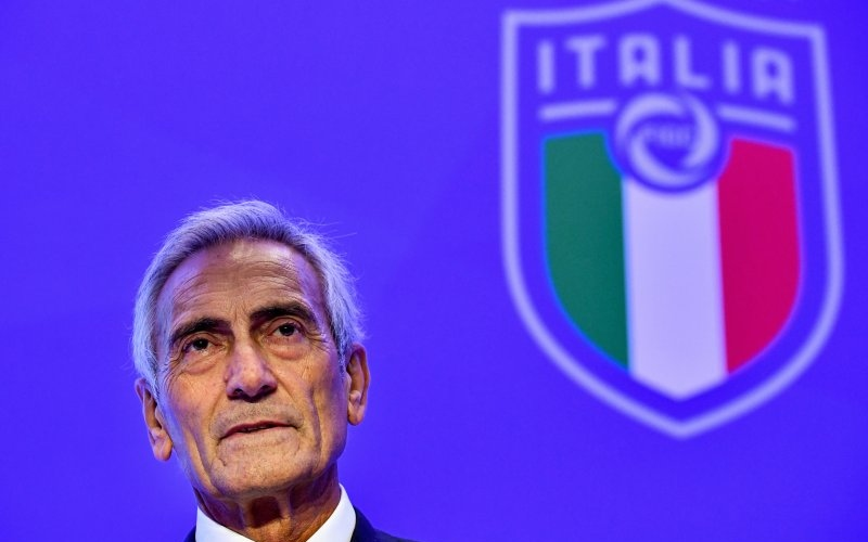 Presiden Federasi Sepak Bola Italia (FIGC), Gabriele Gravina berpose dengan logo federasi menjelang proses pengambilan suara dewan majelis terpilh FIGC di Hotel Hilton, Roma, 22 Oktober 2018 - Antara.