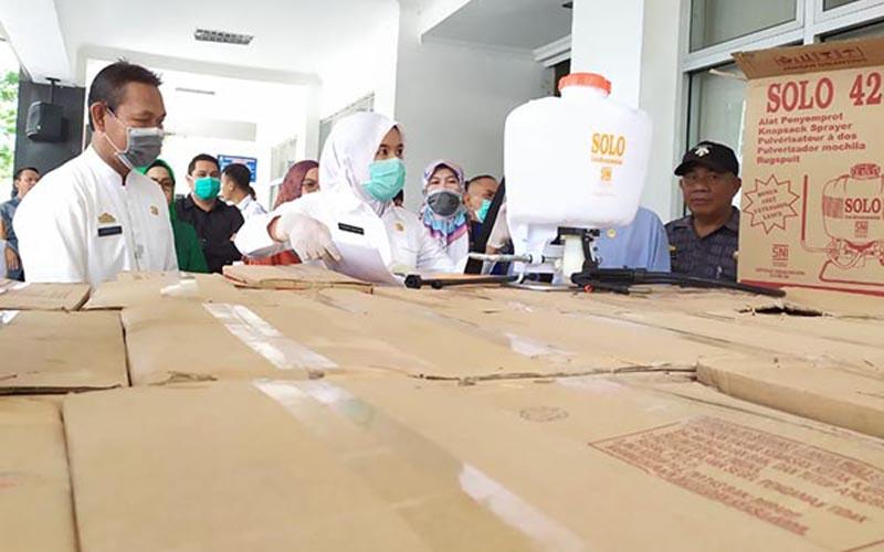 Wakil Walikota Palembang Fitrianti Agustinda (tengah) saat meninjau alat penyemprot disinfektan. Foto: Istimewa