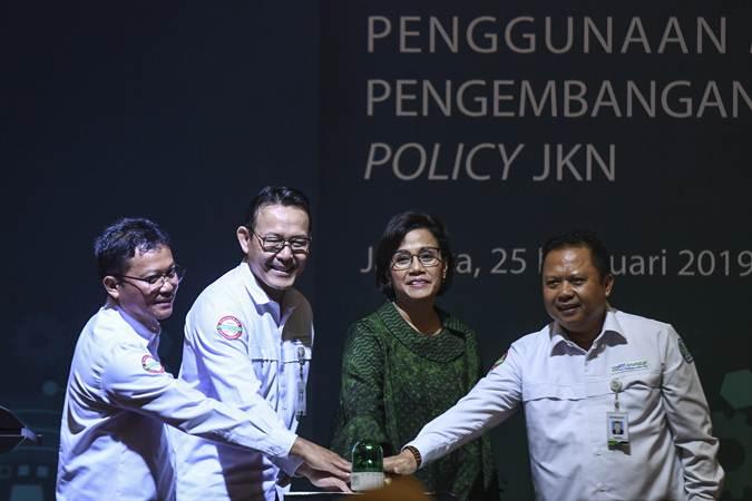 Menteri Keuangan Sri Mulyani (kedua kanan), Direktur Utama BPJS Kesehatan Fachmi Idris (kedua kiri), Direktur TI Wahyuddin Bagenda (kiri) dan Direktur Perencanaan, Pengembangan dan Manajemen Risiko Mundiharno, menekan tombol bersama saat peluncuran data sampel BPJS Kesehatan di Jakarta, Senin (25/2/2019). - ANTARA/Hafidz Mubarak A