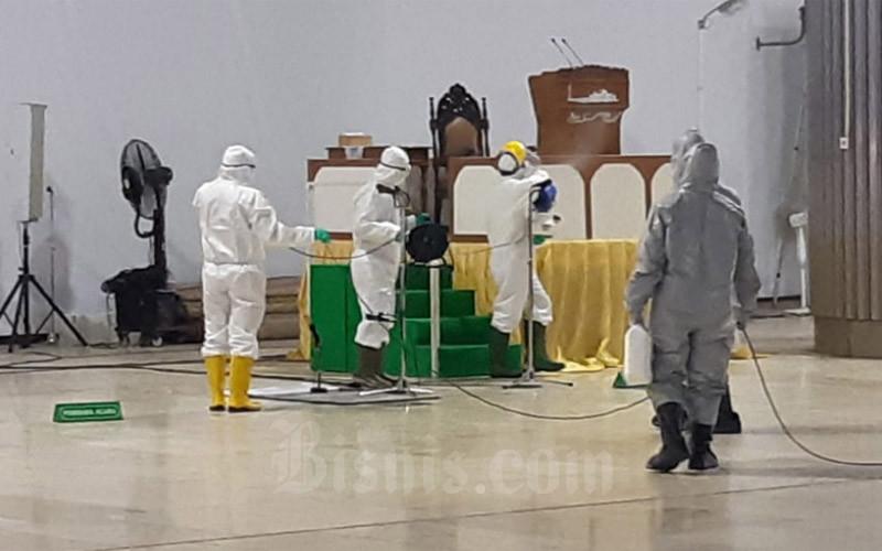 Ilustrasi. Petugas tengah menyemprotkan disinfektan di sekitar mimbar khatib Masjid Istiqlal Jakarta pada Jumat pagi (13/3/2020). - Bisnis/Muhammad Khadafi
