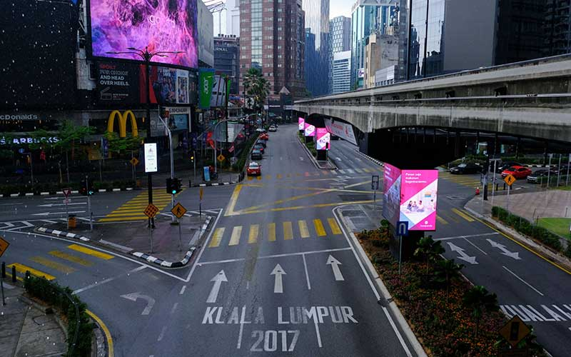 Suasana jalan yang kosong di Bukit Bintang di Kuala Lumpur, Malaysia, Rabu (18/3/2020). Sejumlah jalan raya di Malaysia menjadi sepi setelah pemerintah mengumumkan lockdown nasional selama dua minggu. Bloomberg - Samsul Said