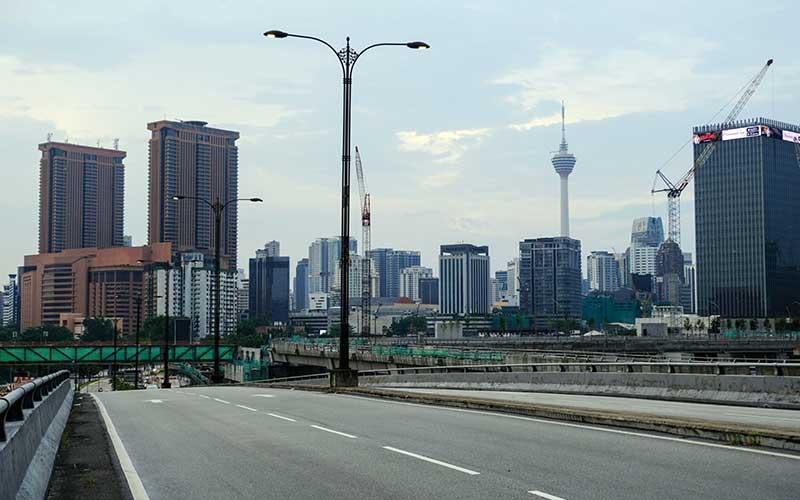 Suasana jalan kosong di Jalan Bulatan Kampung Pandan di Kuala Lumpur, Malaysia, Rabu (18/3/2020). Sejumlah jalan raya di Malaysia menjadi sepi setelah pemerintah mengumumkan lockdown nasional selama dua minggu. Bloomberg - Samsul Said