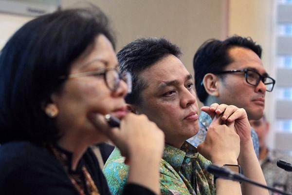 Dirjen Pengelolaan Pembiayaan dan Risiko Kementerian Keuangan Luky Alfirman (tengah), Direktur Surat Utang Negara Loto Srinaita Ginting (kiri), dan Kepala Biro Komunikasi dan Layanan Informasi Nufransa Wira Sakti memberikan keterangan, di Jakarta, Jumat (6/4/2018). - JIBI/Dwi Prasetya