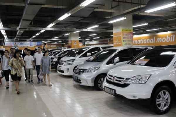 Nasabah sedang memilih unit kendaraan yang diminati di salah satu pusat penjualan mobil bekas. Kredit kendaraan merupakan pembiayaan terbesar perusahaan multifinance.  - Bisnis.com/Felix Jody Kinarwan