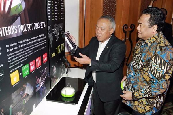 Menteri PUPR Basuki Hadimuljono (kiri) berbincang dengan CEO Gobel Group Rachmat Gobel, di sela-sela penutupan Proyek 100 Ribu Solar Lanterns, di Jakarta, Selasa (30/1). - JIBI/Dwi Prasetya