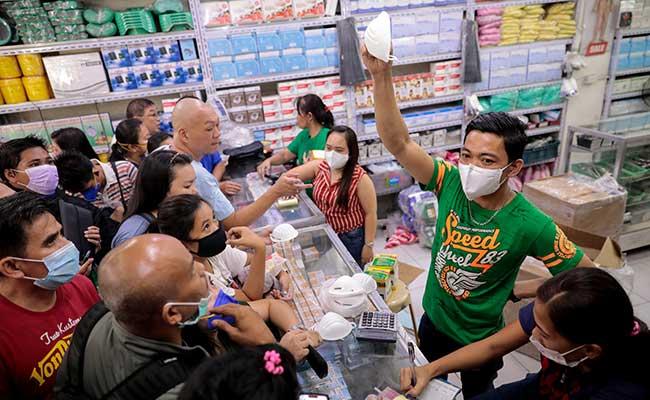 Warga membeli masker wajah di toko peralatan medis di Manila, Filipina, Jumat (31/1/2020). Reuters - Eloisa Lopez