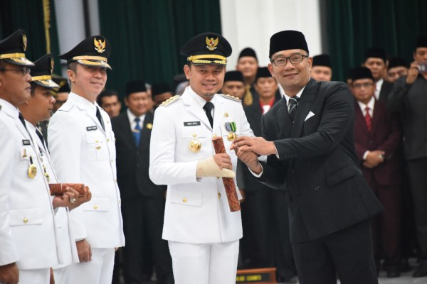 Gubernur Jawa Barat (Jabar) Ridwan Kamil (kanan) melantik Bima Arya (tengah) sebagai Wali Kota Bogor periode 2019-2024 di Gedung Sate, Bandung, Sabtu (20/4/2019). - Bisnis/Wisnu Wage