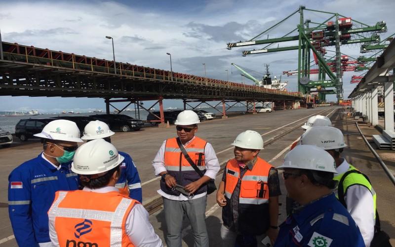 Tim PT PGN Tbk meninjau pelabuhan Tanjung Perak dekat pembangunan Terminal LNG Teluk Lamong. Istimewa - PGN