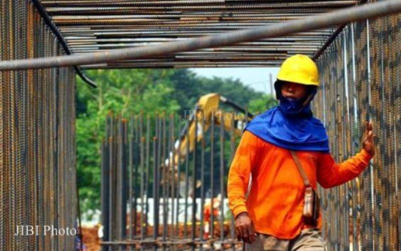 Pekerja menyelesaikan pembangunan rangka baja proyek infrastruktur di Jakarta. - JIBI/Dwi Prasetya.