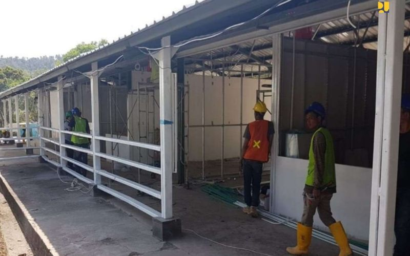 Sejumlah pekerja tengah mengerjakan pembangunan fasilitas observasi/karantina/penampungan untuk pengendalian infeksi penyakit menular utamanya Covid-19 di Pulau Galang, Kota Batam, Kepulauan Riau - Dokumen Kementerian PUPR.