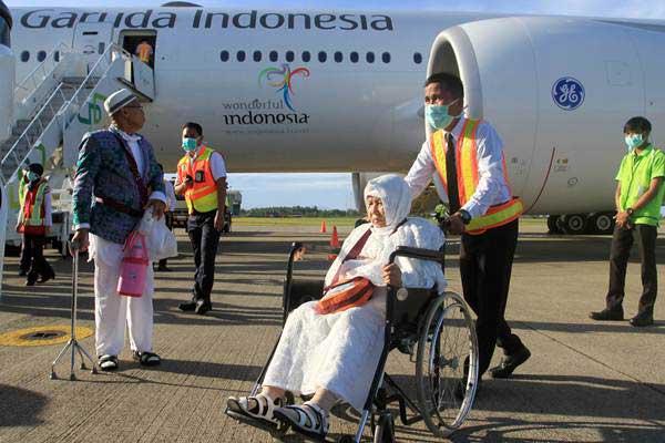 Petugas membawa jemaah haji kloter pertama memakai kursi roda setibanya di Bandara International Minangkabau (BIM), Kabupaten Padang Pariaman, Sumatra Barat, Kamis (7/9). - ANTARA/Muhammad Arif Pribadi
