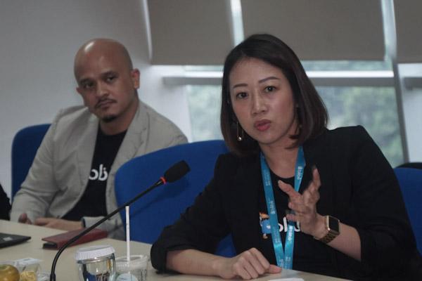 SVP Trade Partnership Consumer Goods Blibli.com Fransisca Nugraha (kanan) memberikan pemaparan saat kunjungan ke Redaksi Bisnis Indonesia di Jakarta, Rabu (4 - 3).