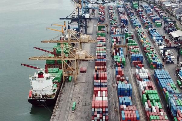 Aktivitas bongkar muat petikemas di Pelabuhan Makassar, Sulawesi Selatan yang masuk dalam area kerja Pelindo IV, Selasa (1/1/2019). - Bisnis/Paulus Tandi Bone