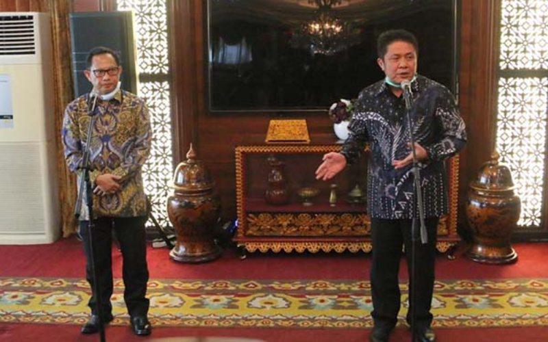 Menteri Dalam Negeri Tito Karnavian (dari kiri) bersama Gubernur Sumsel saat rapat kesiagaan penanganan Covid-19 di Istana Gubernur Sumsel - Istimewa