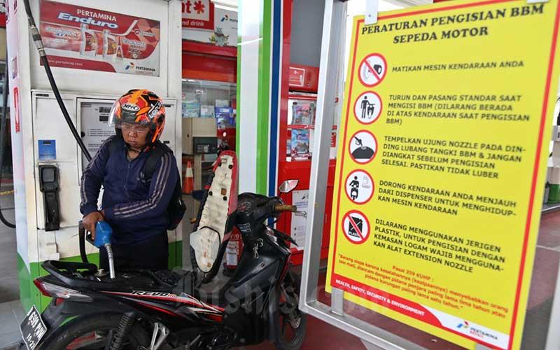 Pengendara sepeda motor melakukan pengisian bahan bakar minyak di salah satu Stasiun Pengisian Bahan Bakar Umum (SPBU) di Jakarta, Sabtu (14/3/2020). Bisnis - Eusebio Chrysnamurti