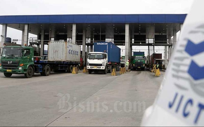 Truk kontainer antre untuk keluar dari pelabuhan peti kemas Jakarta International Container Terminal (JICT) di Jakarta, Kamis (19/12/2019). Bisnis - Himawan L Nugraha