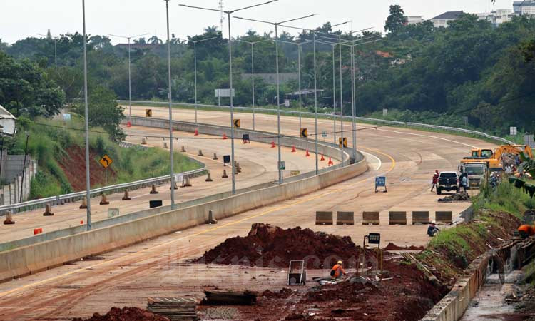 Pekerja menyelesaikan pembangunan jalan tol Serpong-Cinere di Ciputat, Tangerang Selatan, Banten, Kamis (27/2/2020). Bisnis - Eusebio Chrysnamurti