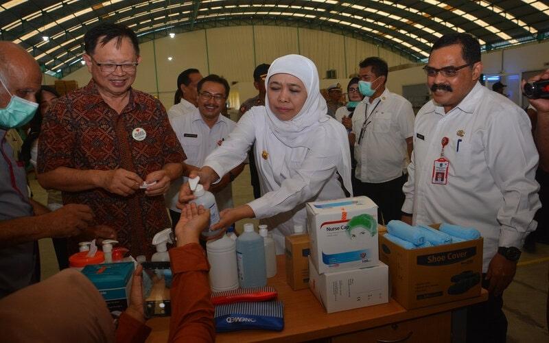 Gubernur Jatim, Khofifah Indar Parawansa (tengah) melakukan inspeksi mendadak pabrik masker dan alat pelindung diri (APD) di PT Jayamas Medica Desa Karangwinongan, Kecamatan Mojoagung, Kabupaten Jombang, Jawa Timur, Rabu (18/3/2020). Sidak tersebut untuk memastikan persediaan masker dan APD untuk keperluan penangganan COVID-19 masih tersedia. - Antara/Syaiful Arif