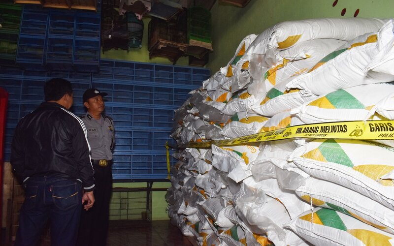 Polisi melihat tumpukan gula pasir dalam sak yang dijual tanpa izin di sebuah toko pakan burung di Kabupaten Madiun, Jawa Timur, Kamis (19/3/2020). Polisi mengungkap temuan 87 sak masing-masing berisi 50 kilogram gula pasir yang dijual oleh seseorang tanpa memiliki Surat Izin Usaha Perdagangan (SIUP). - Antara/Siswowidodo