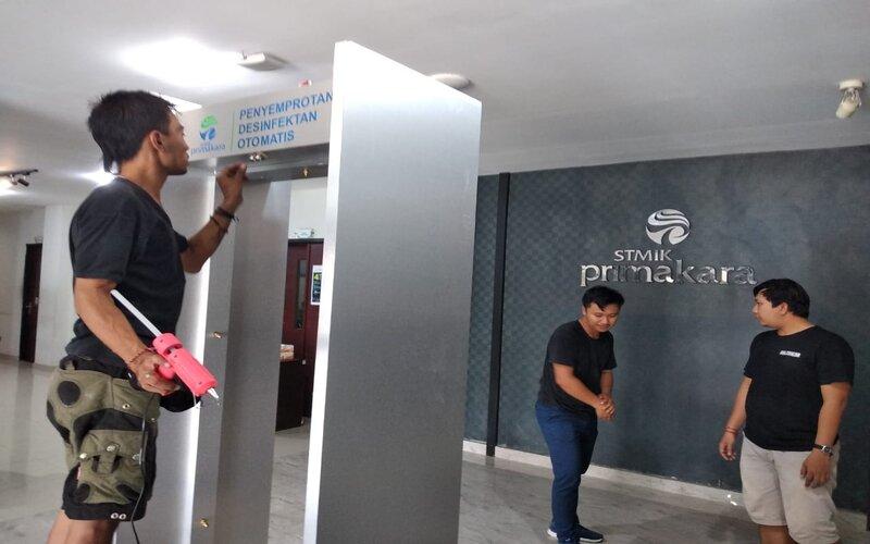 Gate disinfektan otomatis yang diciptakan oleh STIMIK Primakara Bali dan sudah diuji coba. Luh Putu Sugiari - Bisnis