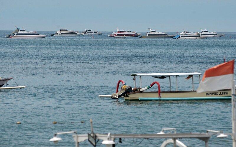 Sejumlah kapal cepat yang tidak beroperasi parkir di wilayah perairan Sanur, Denpasar, Bali, Minggu (22/3/2020). - Antara/Fikri Yusuf