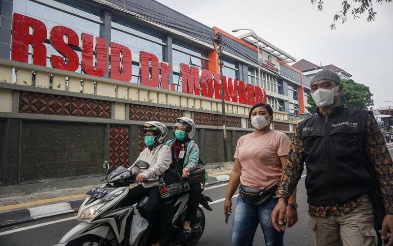 Warga melintas di kawasan Rumah Sakit Umum Daerah (RSUD) Dr. Moewardi, Solo, Jawa Tengah, Jumat (13/3/2020). - Antara/Mohammad Ayudha