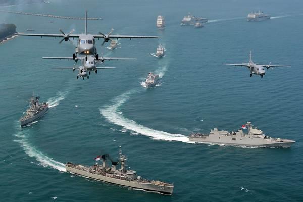 Pesawat udara CASA NC212 melakukan flypass (terbang formasi) diatas kapal perang pada gladi bersih HUT ke-72 TNI di Banten, Selasa (3/10). - Antara/Wahyu Putro A