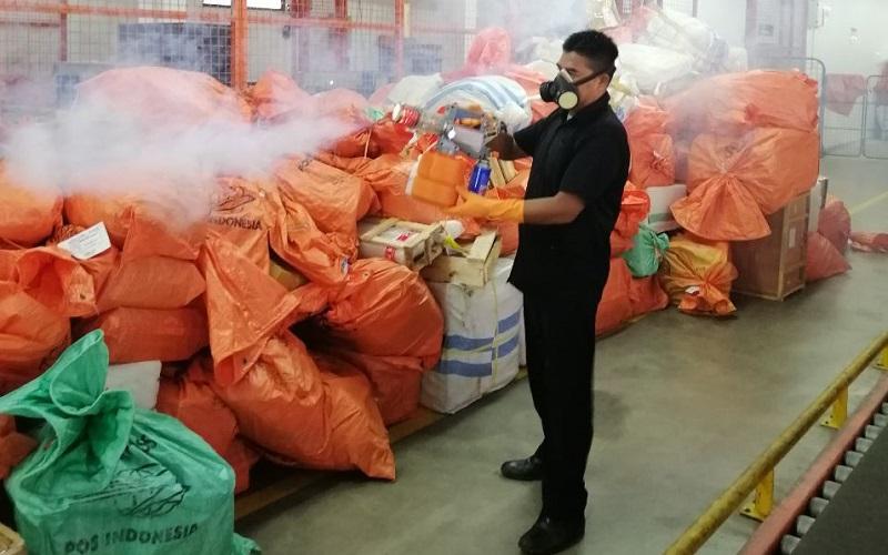 Penyemprotan cairan disinfektan di seluruh area operasi Sentral Pengolahan Pos Surabaya. - Istimewa