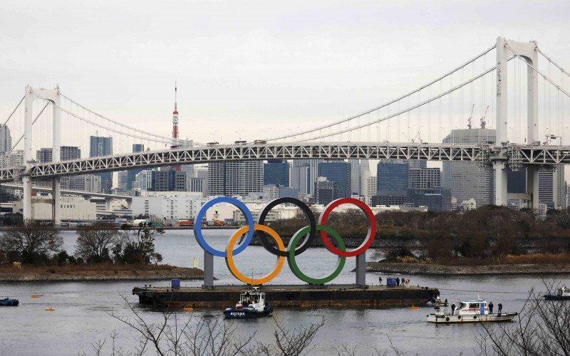 Cincin Olimpiade terpasang di tepi laut dengan latar belakang Jembatan Pelangi menjelang perayaan enam bulan menuju pembukaan Olimpiade Tokyo 2020 di Odaiba Marine Park, Tokyo, Jepang, Jumat (17/1/2020) - Antara.